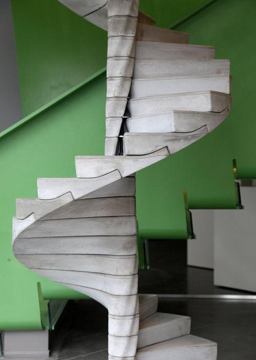 Бетонные винтовые лестницы в доме