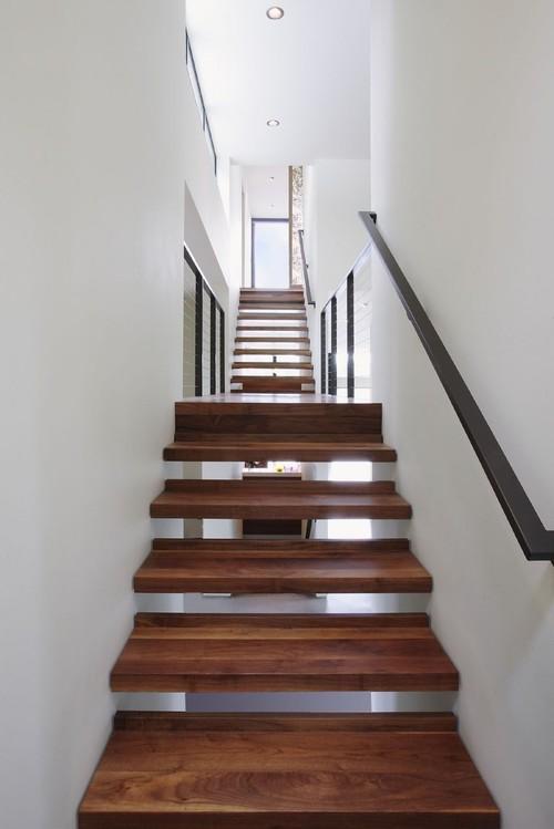 Узкая деревянная лестница