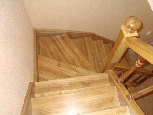 Деревянная лестница с забежными ступенями