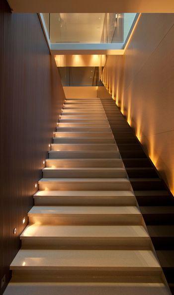Длинная лестница с подсветкой