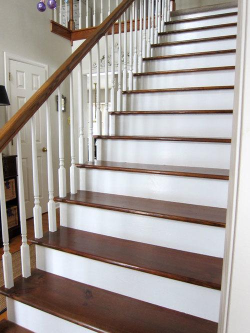 Белая лестница с деревянными ступенями