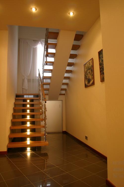 Маршевая лестница в деревянном коттедже