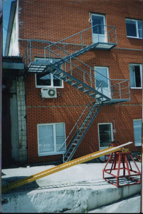 Эвакуационная лестница кирпичного дома