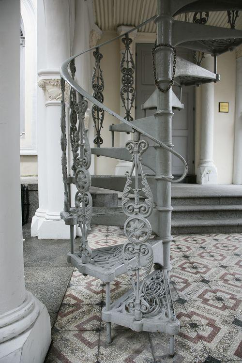 Кованая винтовая лестница для дачи