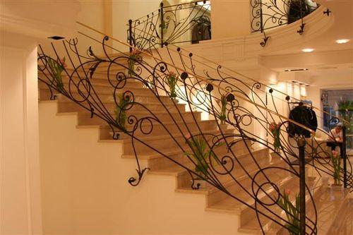 Кованые лестницы на второй этаж в интерьере
