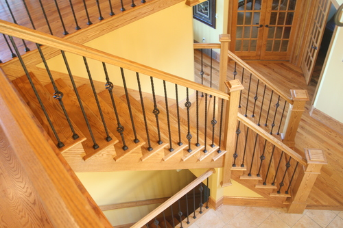 Лестница из дерева с металлическими перилами