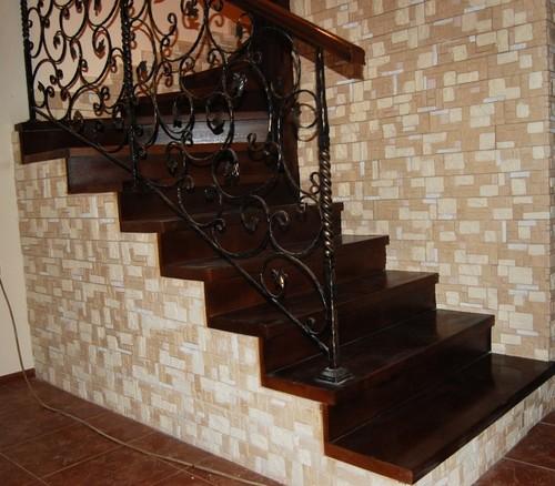 Лакированные ступени на деревянной лестнице