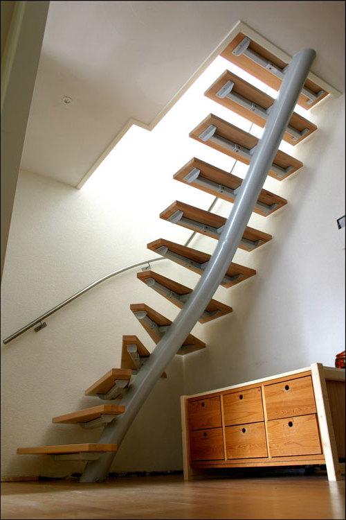 Спиральная металлическая лестница