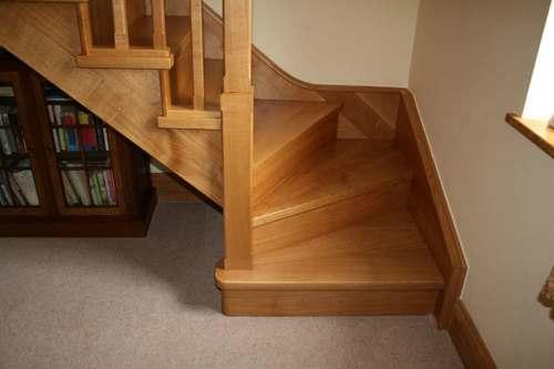 Лестница с поворотом внизу