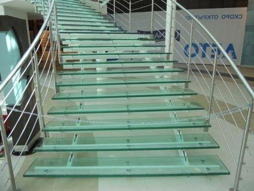 Необычность лестницы из-за стекла