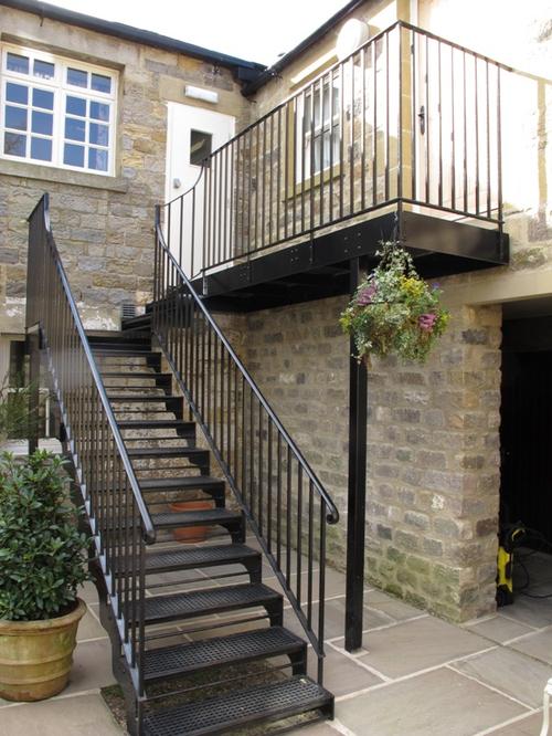 Уличная лестница из металла на второй этаж своими руками