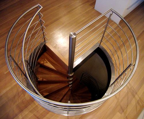 Металлические винтовые лестницы в интерьере