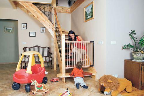 Закрываем лестницу от детей