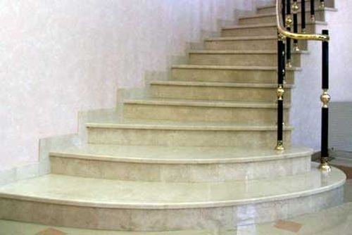Гранитная лестница в доме