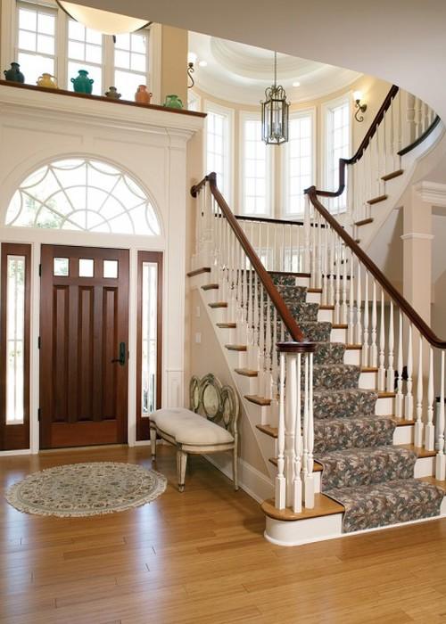 Холл с лестницей в интерьере загородного дома