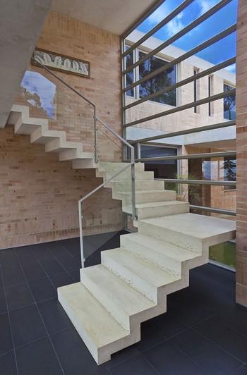 Деревянная лестница с металлическими элементами