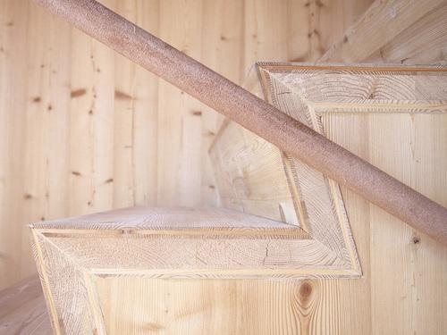 Лестница из лиственницы в интерьере