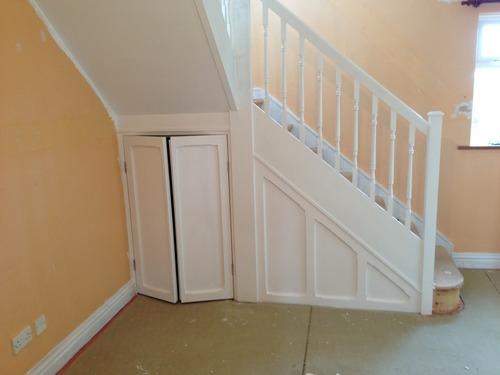 Простой шкаф под лестницей