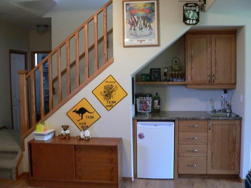 Компактная кухня под лестницей