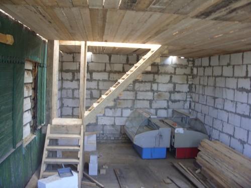 Деревянная лестница в гараже