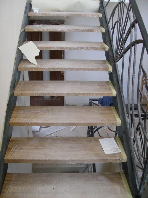 Металлическая лестница с деревянными степенями
