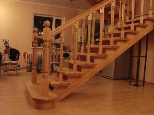 Деревянная лестница с балясинами