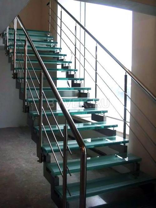 Одномаршевая лестница в интерьере дома