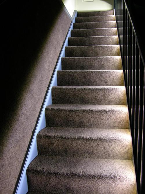 Белая подсветка ступеней