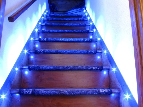 Синяя подсветка деревянной лестницы