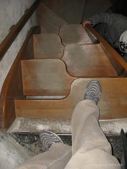 Слишком крутая лестница может быть опасной