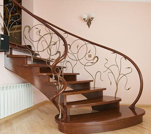 Резная лестница из дерева в интерьере