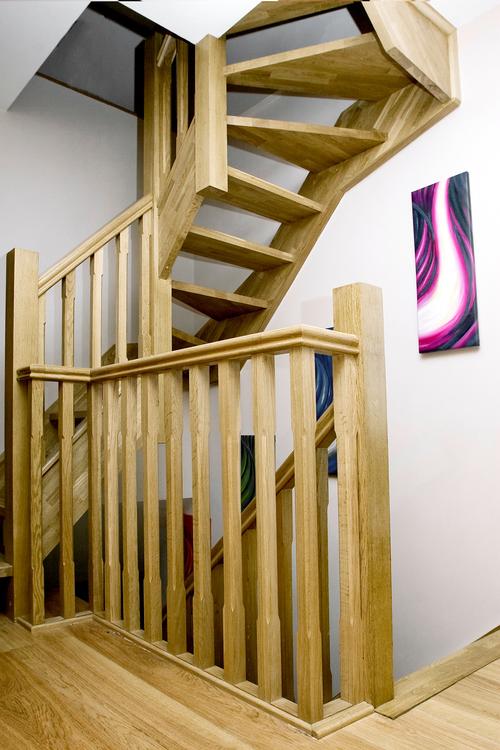 Лестница на чердак в большом доме