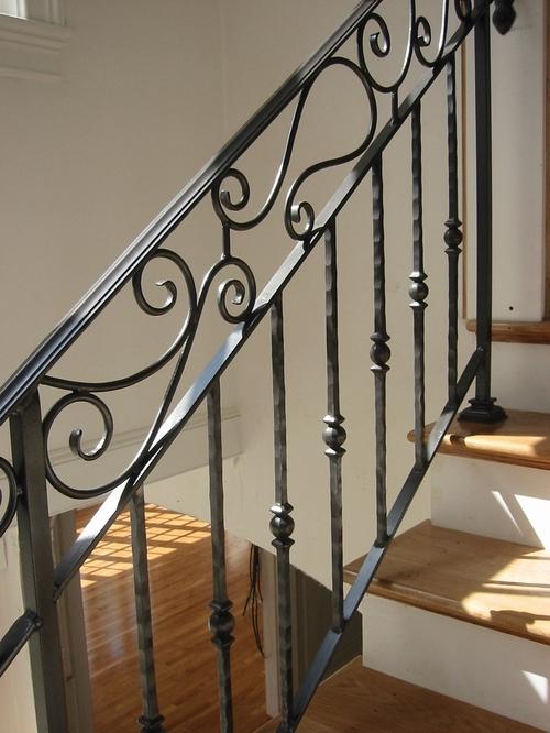 Кованые перила для лестниц в интерьере дома