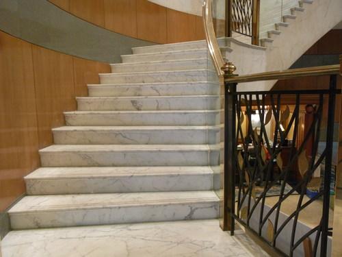 Роскошная лестница из белого мрамора