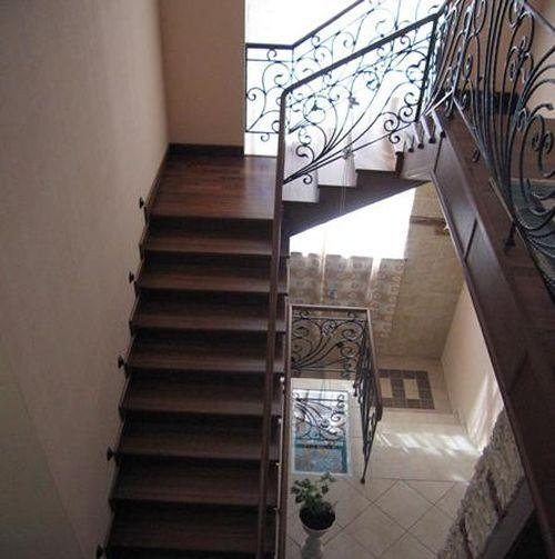 Деревянные лестницы с коваными перилами: красивое оформление