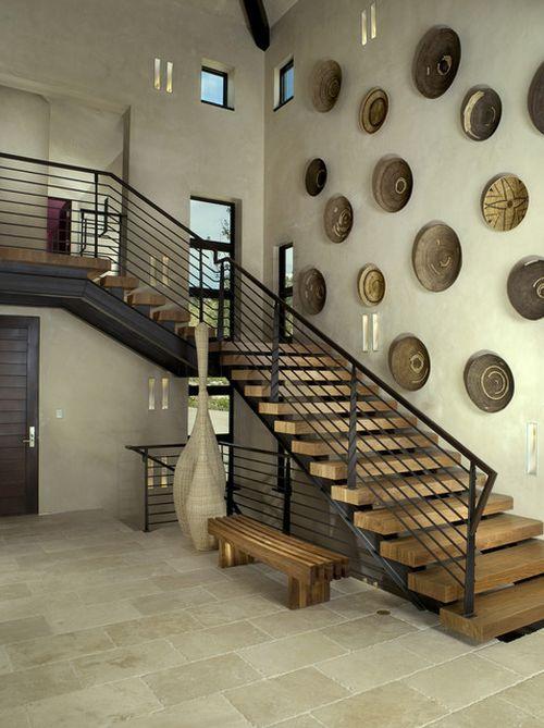 Как оформить стену вдоль лестницы