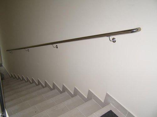Как осуществляется крепление перил к стене и к полу