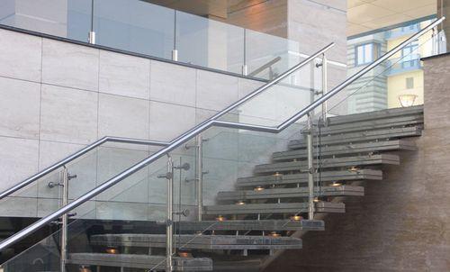 Красивые хромированные перила для лестниц