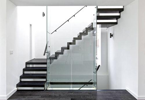 Лестница из стекла и металла в интерьере