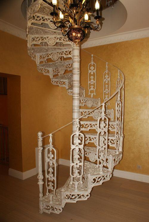 В чем преимущества чугунных винтовых лестниц