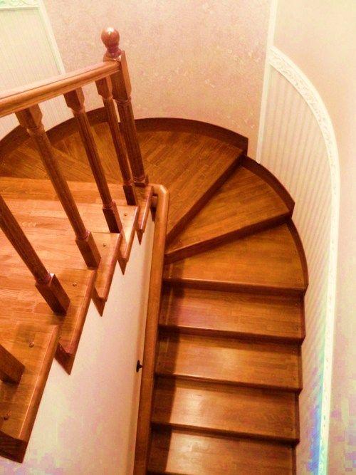 Деревянные лестницы с площадкой в интерьере