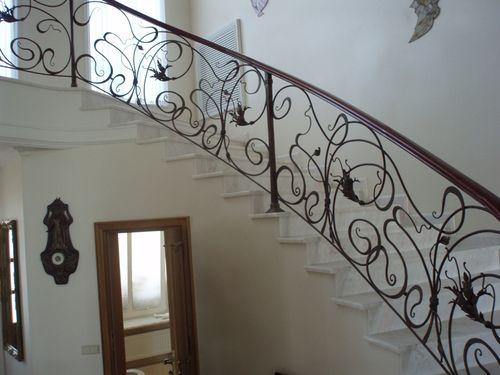Каких видов и форм бывают кованые элементы для лестницы