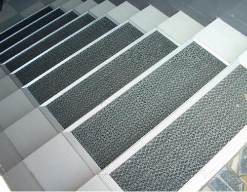 Какие бывают коврики для ступеней лестницы
