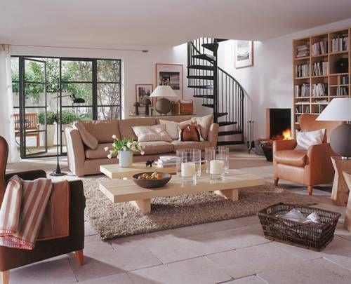 Оформление гостиной с камином и лестницей