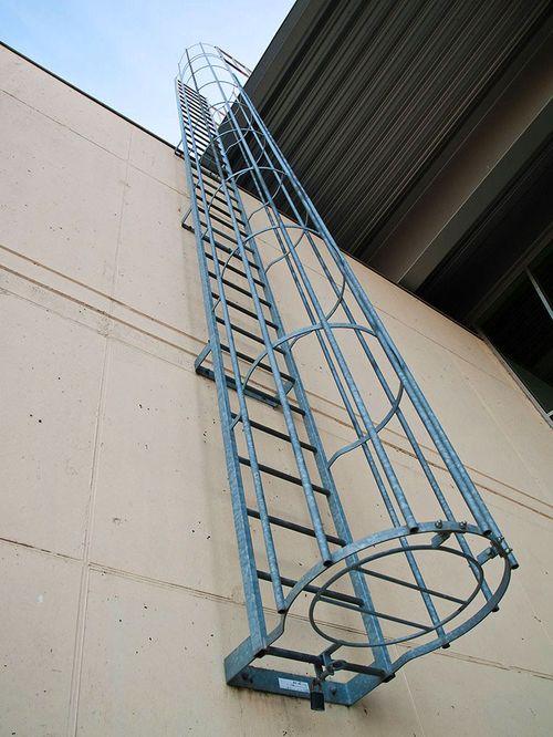 Все про ограждение пожарных лестниц
