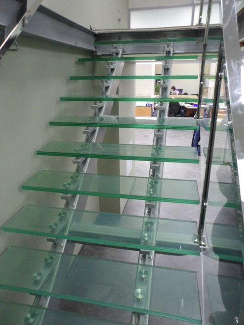 Все про стеклянные ступени для лестниц