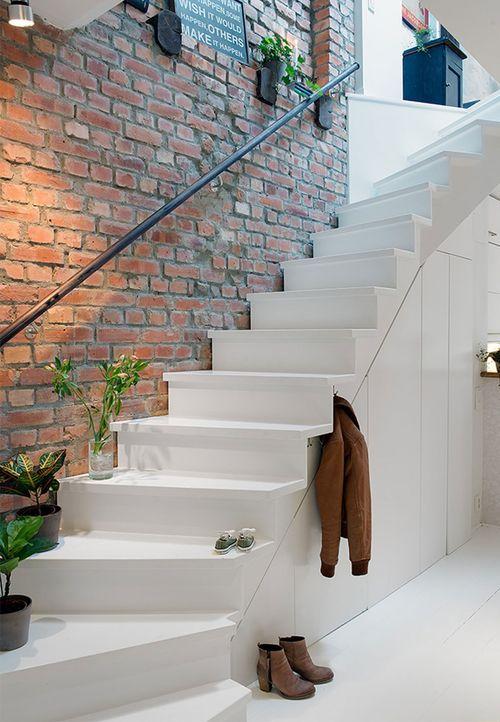 Узкая лестница на второй этаж в интерьере