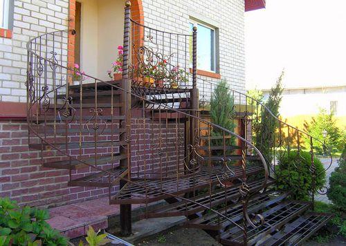 Какие бывают входные лестницы для загородного дома