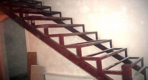 Основные этапы обшивки металлической лестницы деревом