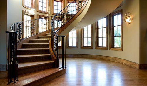 Особенности лестницы из ели: преимущества материала